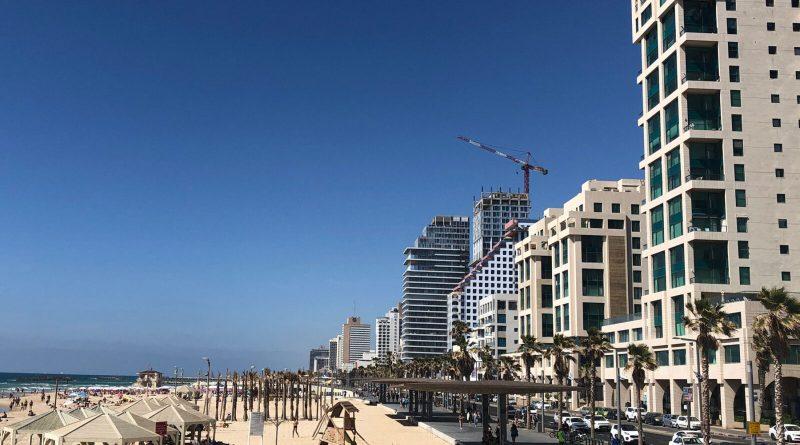 Dunkelblauer Himmel über dem Strand von Tel Aviv