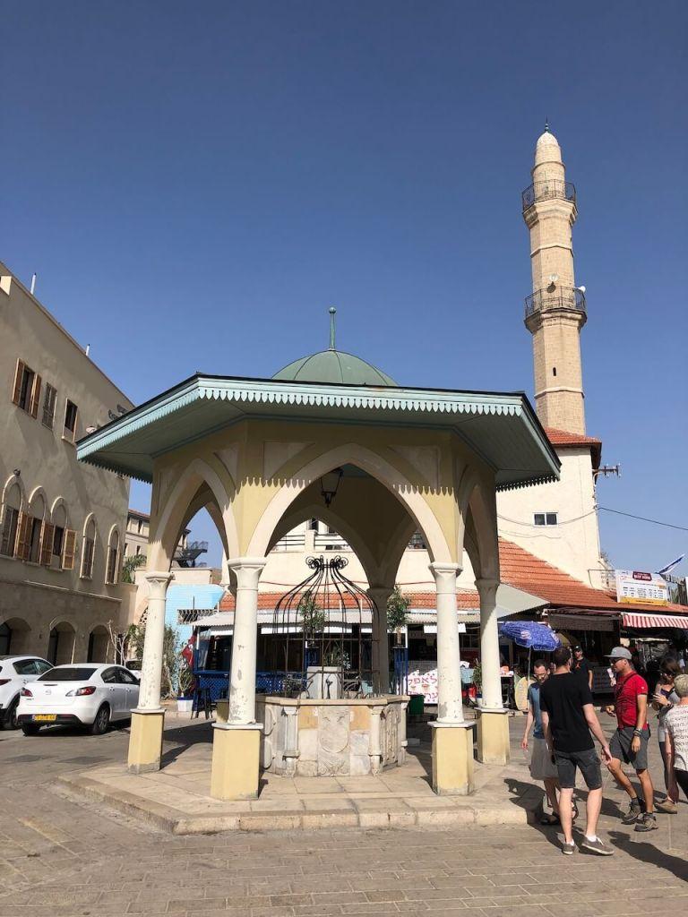 Minarett und Moschee in der Altstadt in Tel Aviv