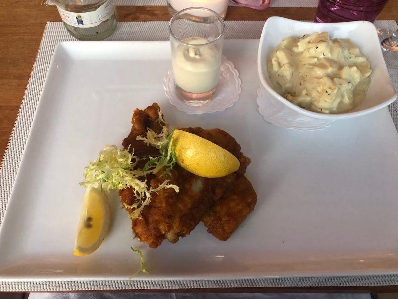 Backfisch auf einem Teller