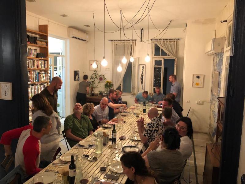 In Israel essen: Esstisch in der Wohnung von Habanot