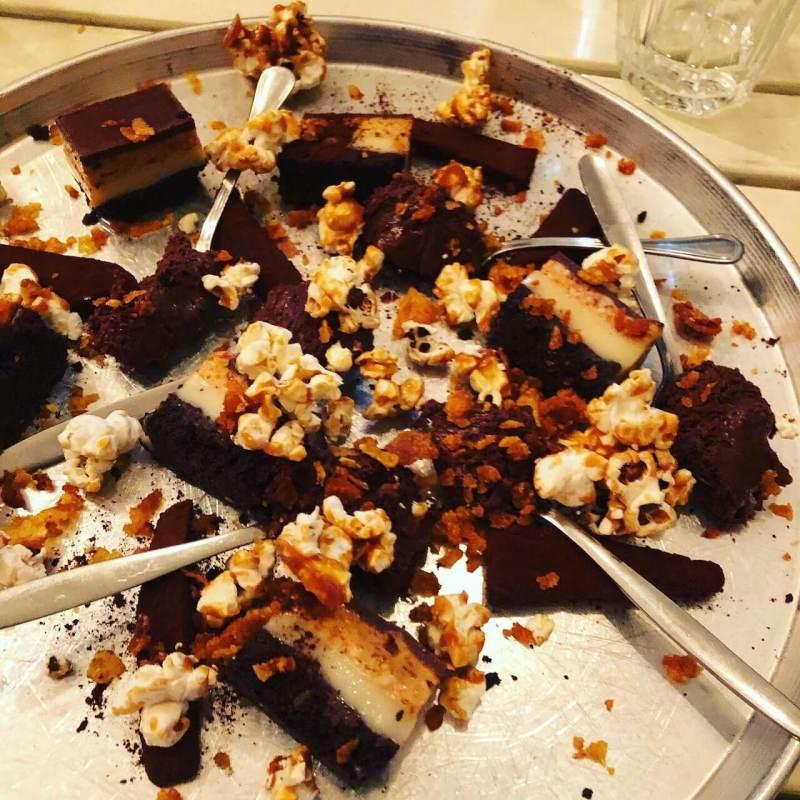 Schokoladenkuchen und Popcorn