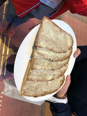 Holzofenbrotscheiben mit Butter