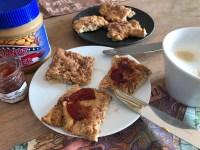 Müslikekse mit Marmelade und Erdnussbutter