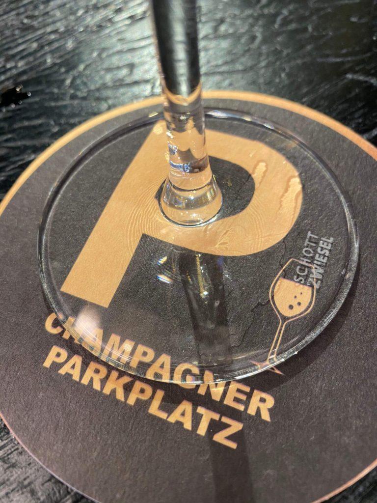Parkplatz für Prickelgetränke in der Champagner-Bar in Düsseldorf