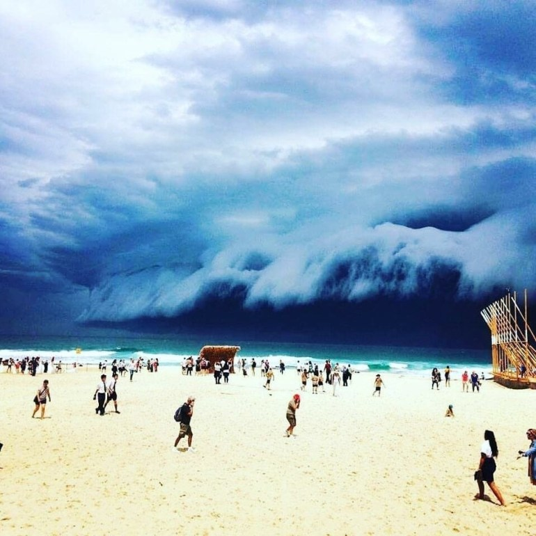 These clouds look like a giant wave -- beachgoers might want to take cover.
