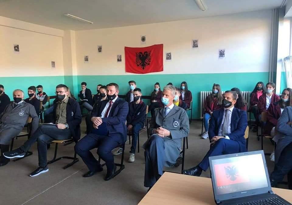 """Në Shml """"Ruzhdi Berisha"""" Dragash, mbahet orë letrare kushtuar festës së Nëntorit."""