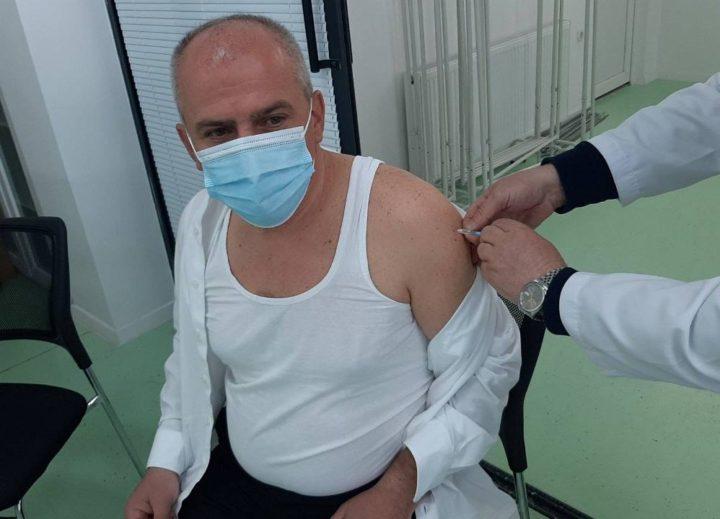 Fillon vaksinimi në Dragash – Drejtori i QKMF-së e merr i pari