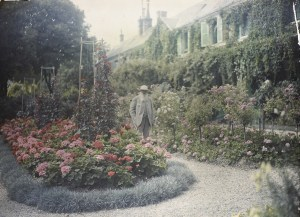 Claude_Monet_in_front_of_his_House_at_Giverny_-_Google_Art_Project