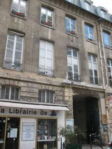 Salon muzyczny Pleyela mieścił się na pierwszym piętrze przy numerze 9, rue Cadet. Na dole znajdował się sklep z fortepianami, które zarówno Chopin, jak i Liszt, cenili najbardziej. Dziś jedynie wnętrze XVIII-wiecznego budynku przypomina o jego przeszłości