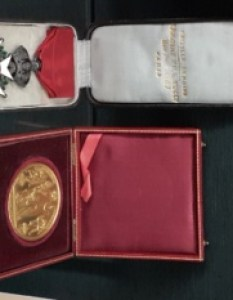 Po lewej stronie Order Legii Honorowej, po prawej złoty medal z Salonu 1865