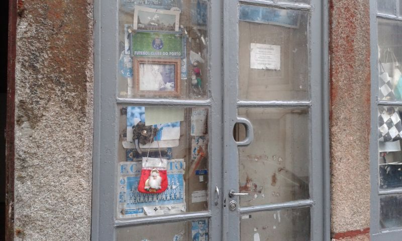 Ježíšek přišel! Zanedbaná dveřní nástěnka fanouška místního FC.