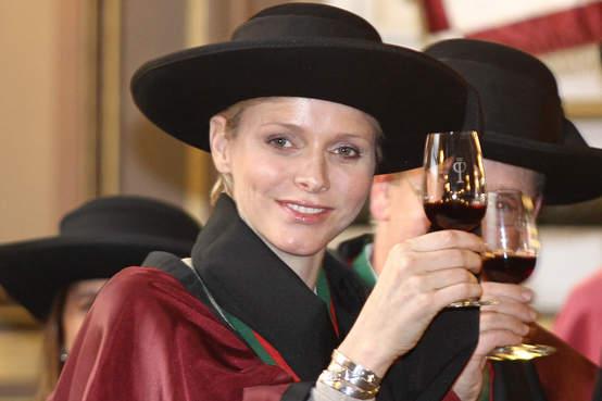 Monacké princezně Charlène to ve slavnostním také sluší