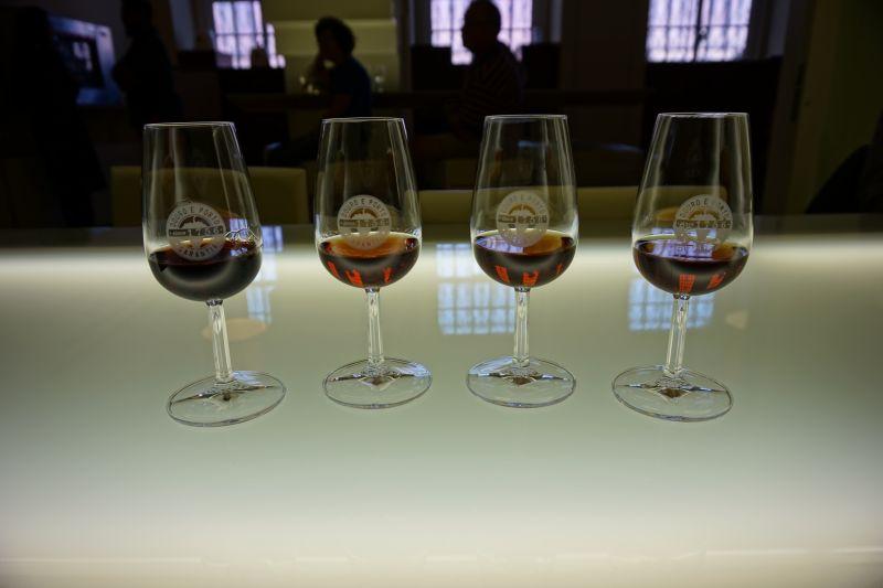 Vzorky si položíte na prosvětlený skleněný stůl a můžete snadno porovnávat jednotlivé barvy vín