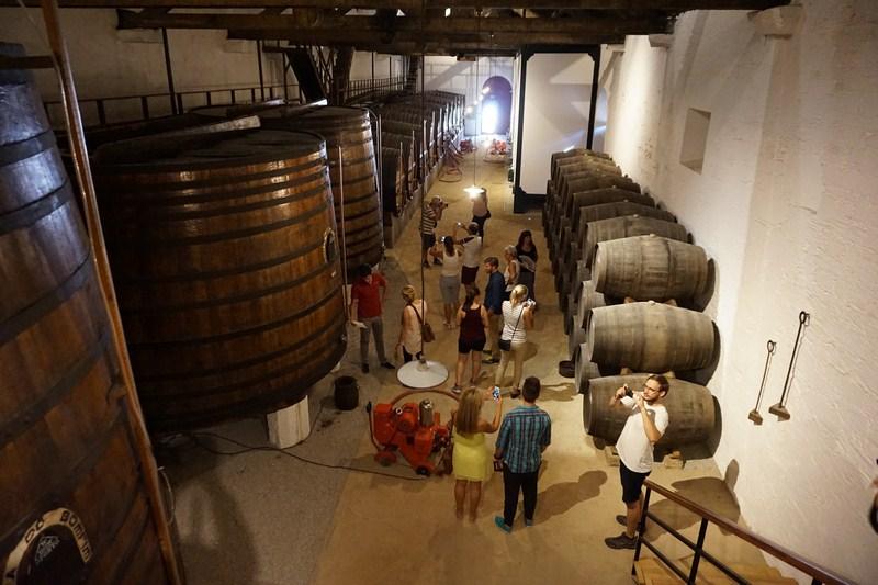 Zde skladují mladé víno před přepravou do Vila Nova de Gaia