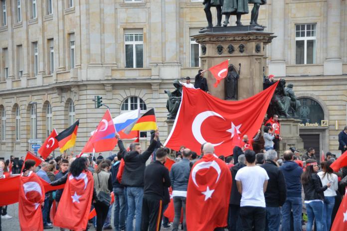 Rechtsextreme Demo von Erdogan-Anhängern in Frankfurt - Foto: O24