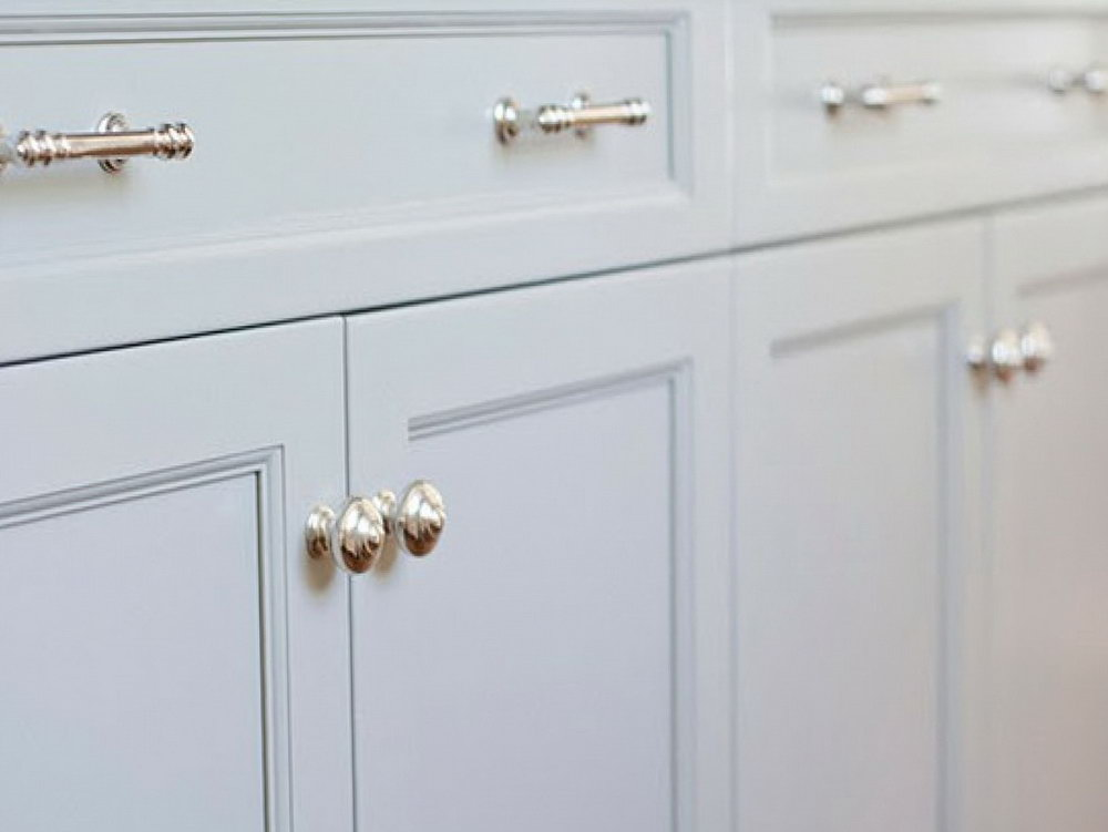 White Kitchen Cabinets With Knobs