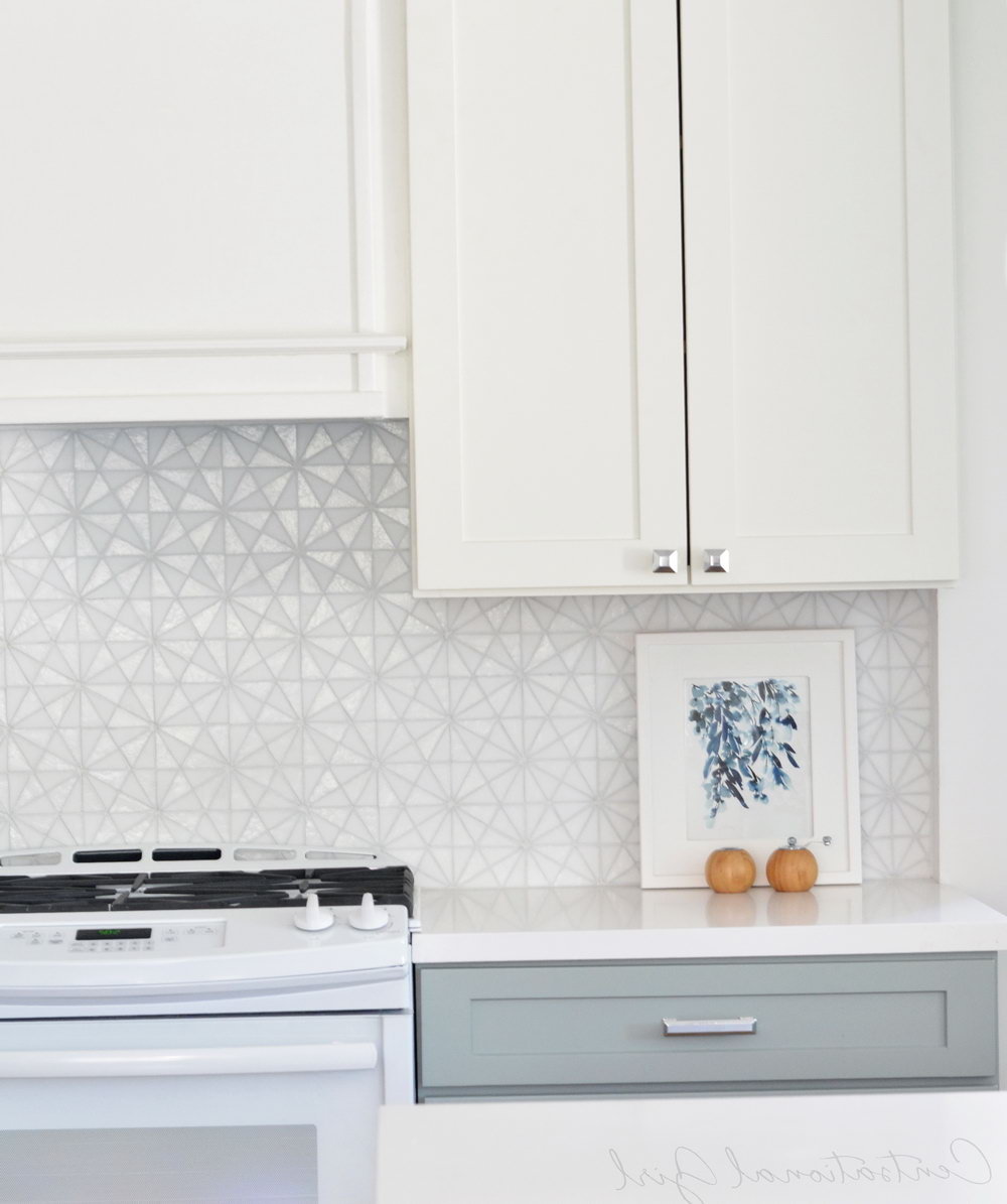 White Kitchen Cabinets With Glass Backsplash