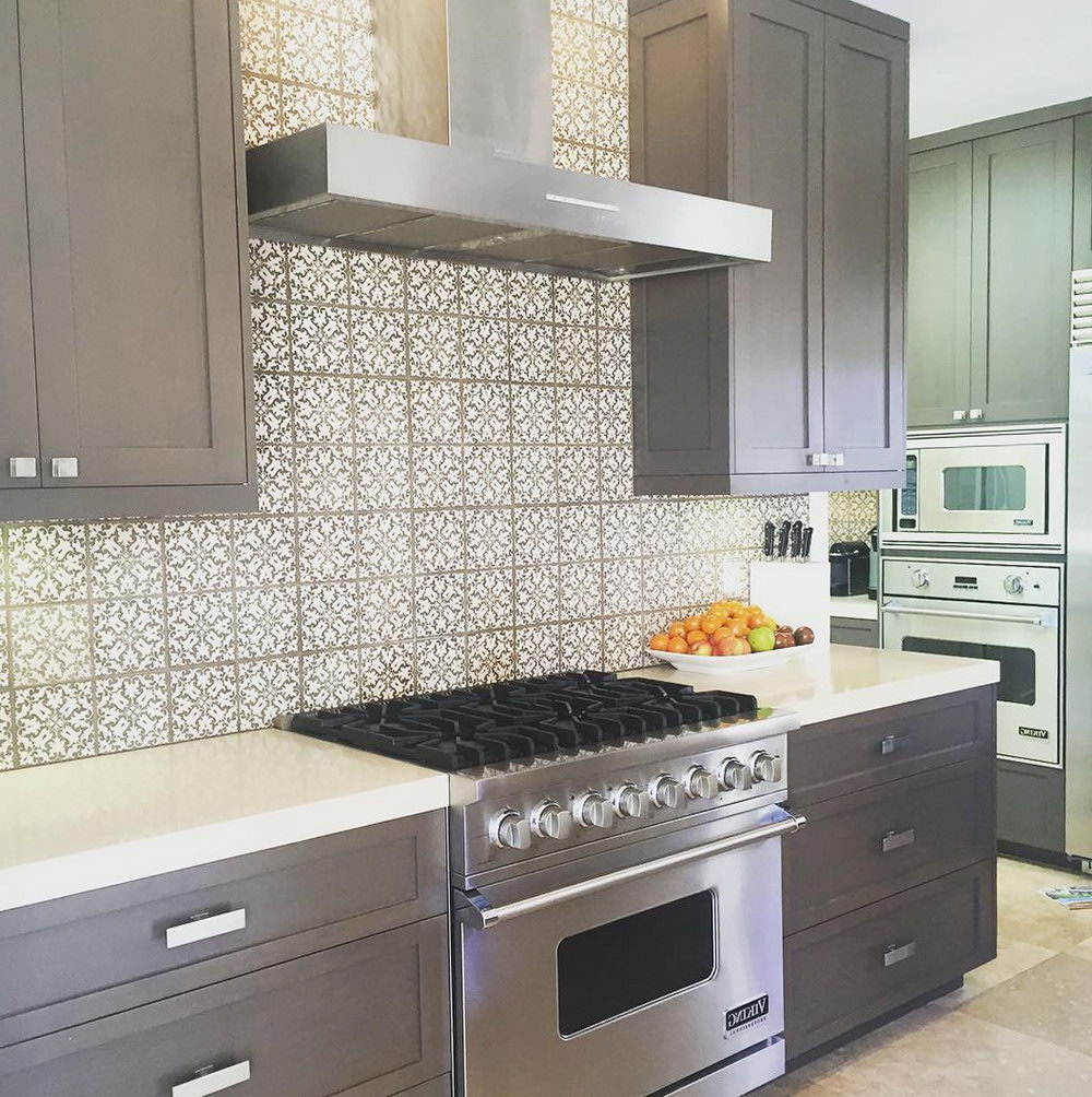 Grey Kitchen Cabinets With Backsplash