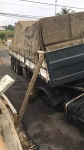 Caminhão fica preso em buraco