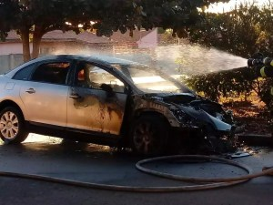 carro pega fogo em Itapetininga