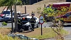 mulher bate carro em poste em Presidente Prudente