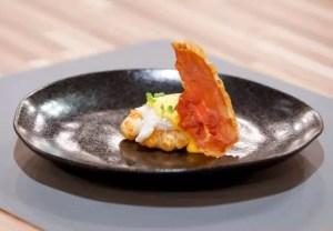 Ovos Beneditinos com rosca de pão de queijo