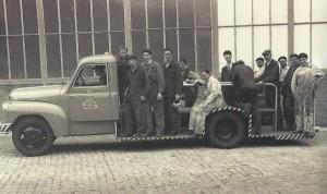 Voor de rondleiding rijden we mee met een oldtimer DAF-voertuig waarmee vroeger de werklui op de werf werden vervoerd.