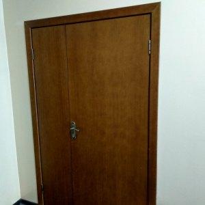 Двухстворчатая шпонированная дверь ГШП цвета темный орех