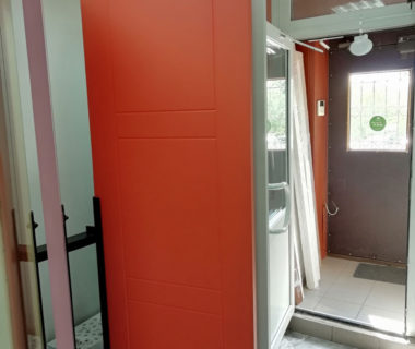 Глухая дверь окрашенная в стильный оранжевый цвет