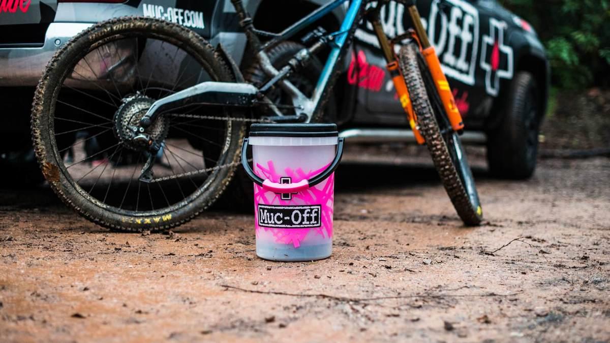 - Muc-Off Dirt Bucket KIT, set čistil v vedru z filtrom umazanije - OPTIBIKE