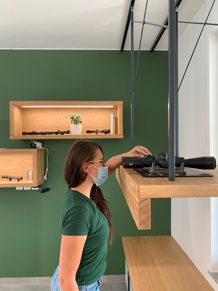 A movable hanging shelf for the comparison of optical devices
