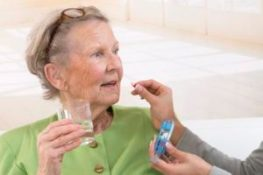 SOCIAL AID FOR ELDERLY PERSON Senior woman with her carer. CHASSENET / BSIP
