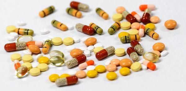 Prijsonderhandelingen verlopen moeizaam omdat medicijnfabrikanten een hoge prijs willen en de minister juist kosten wil drukken. Optima Farma, beroepsvereniging voor de apothekersassistent, farmaceutisch consulent, farmaceutisch manager, farmakundige