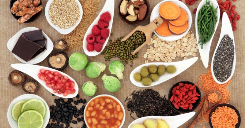 Bønner, linser, frukt, bær, fullkorn, nøtter, kjerner og små mengder sjøgrønnsaker er sunne råvarer