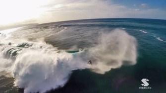Най-опасните вълни и най-смелите сърфисти от птичи поглед