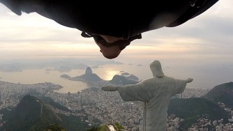 С уинг сют покрай статуята на Христос в Рио де Жанейро