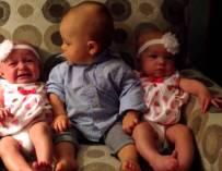 Малчуганът е изумен от две близначки