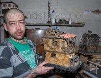 Самоук майстор строи мини родопски къщи, мечтае да си върне зрението
