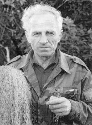 Современный перепелятник Н.А. Андрусенко с сетью, дудкой и пойманым перепелом