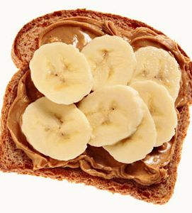 pasta de amendoim e banana no café da manhã