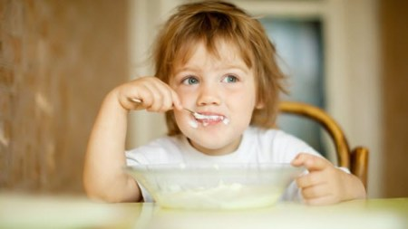 toddler eating oats messy