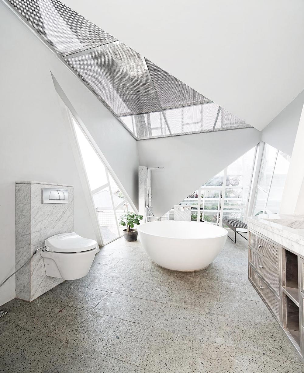 Oracle, Fox, Sunday, Sanctuary, Upside, White, Glass, Interior, Architecture, Industrial, Bathroom, Free Bath