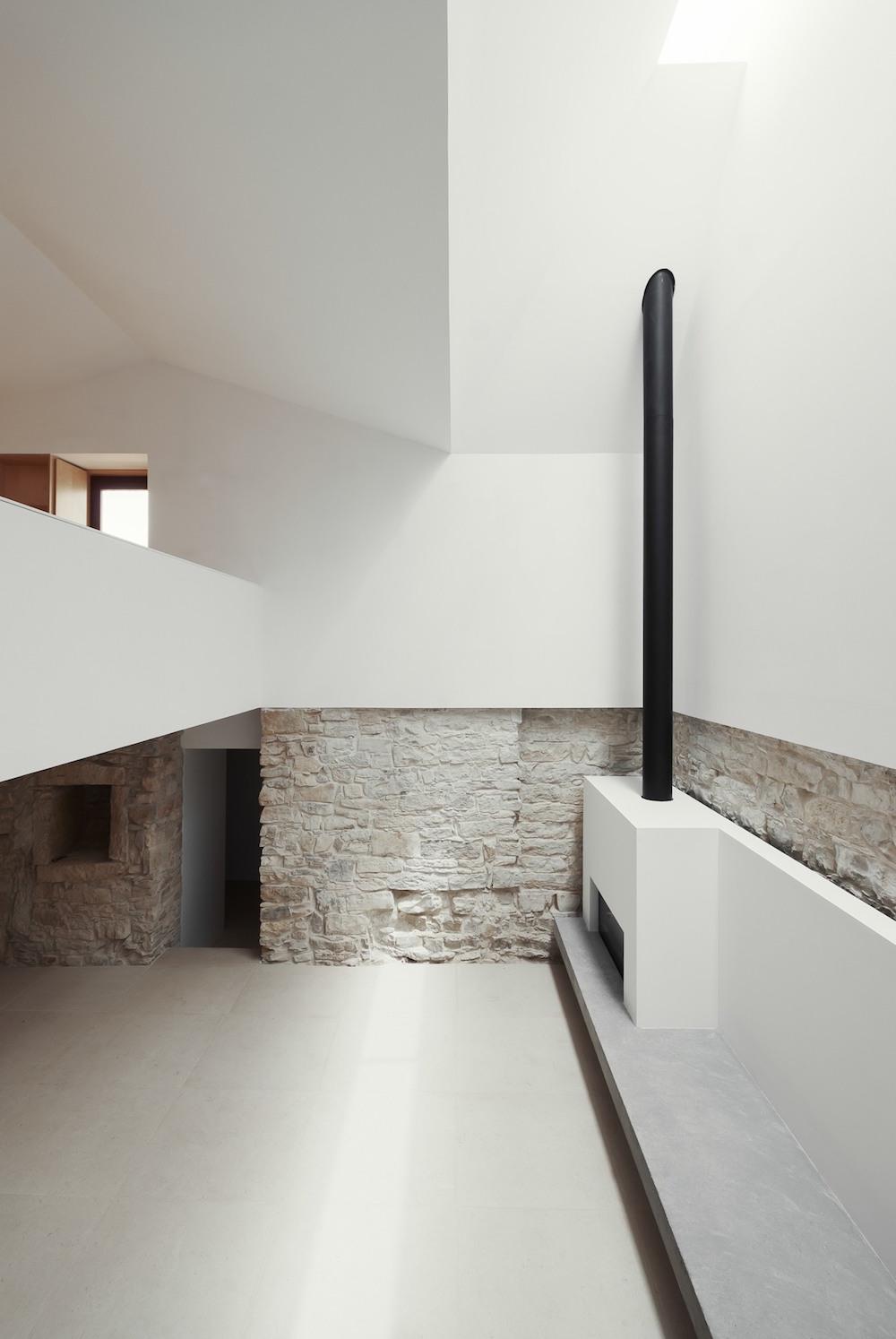 high-ceilings-interiors-oracle-fox-12.house-serra-de-janeanes-joao-branco-oracle-fox