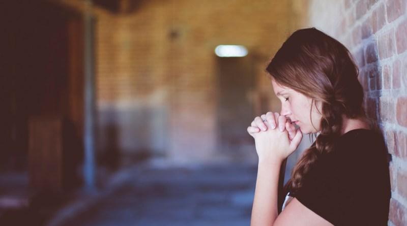 mulher rezando 1 - Oração Para Curar as Feridas do Coração