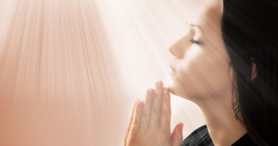 mulher rezando com fe - Oração para pedir saúde poderosa