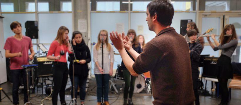 Gwenael Dedonder de Sysmo face au élèves de l'option musique du lycée Aristide Briand (Saint-Nazaire)