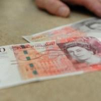 Lielbritānijā vīrietis apdāvina veikala apmeklētājus ar naudu