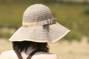 Chica con sombrero mirando al suelo