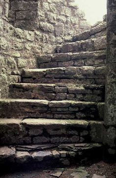 Arzien_Escadas_Subsolo_Igreja_Arantos A Coroa da Ruína, 2ª Parte: Burocracia em Marantel, sessão III