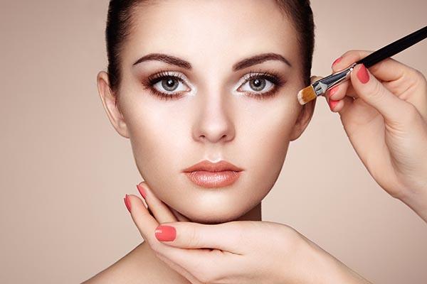 makeup-artist-applies-skintone-P2DH8MF.jpg